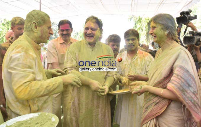 PHOTOS : Holi Celebrations Held At Rajbhavan