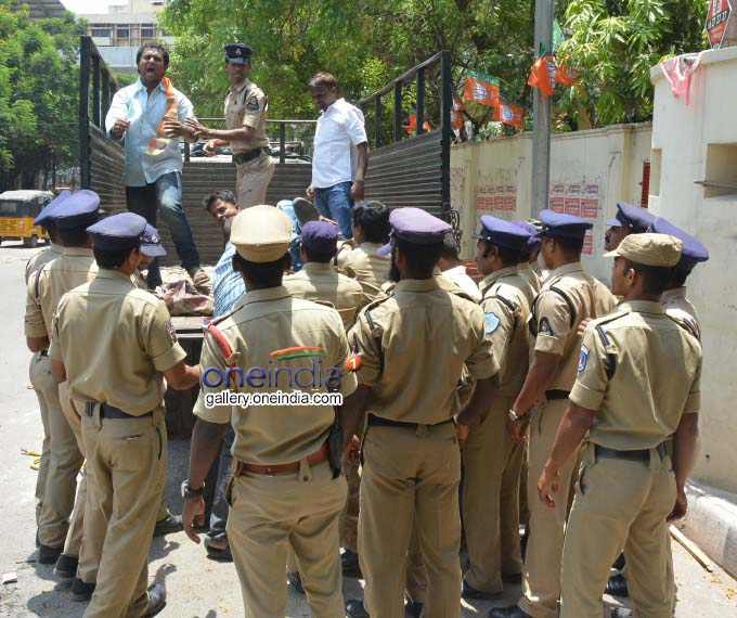 Photo Gallery: Police Arrest BJP Protesters In Hyderabad