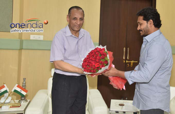 Photo Gallery: YS Jagan Mohan Reddy Meets Governor E.S.L. Narasimhan