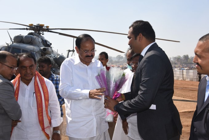 Telangana CM KCR And VP Venkaiah Naidu Visit Medaram Jatara