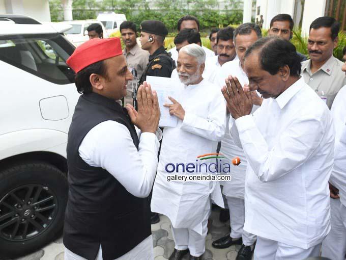 Akhilesh Yadav Meets Telangana CM KCR In Hyderabad