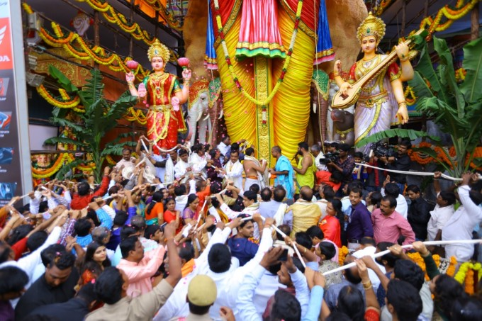 Huge Rush Of Devotees At Khairatabad Ganesh