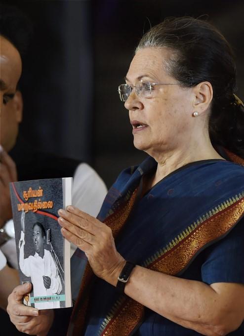 Sonia Gandhi Unveils Late DMK Chief M Karunanidhi Statue In Chennai