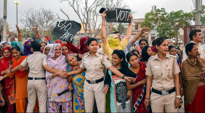News In Photos (8 May 2019) | Photos Of Top News Today - Oneindia Gallery