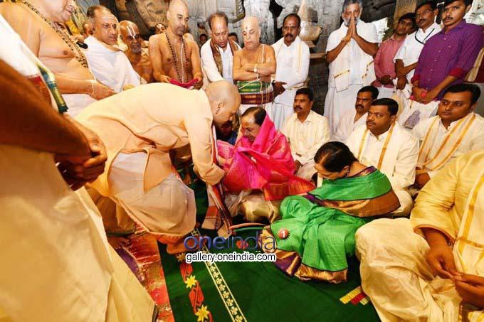 Telangana CM KCR And His Family Offer Prayers At Tirumala
