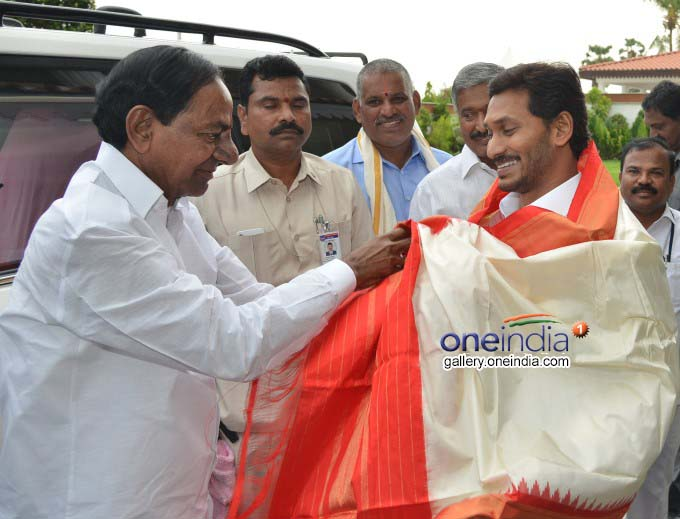 Telangana CM KCR Meets AP CM YS Jagan Mohan Reddy In Vijayawada