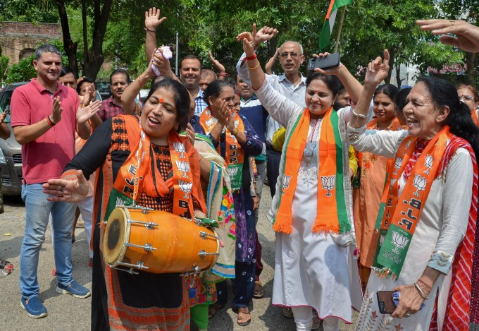 BJP Supporters Celebration On J&K Special Status Removal
