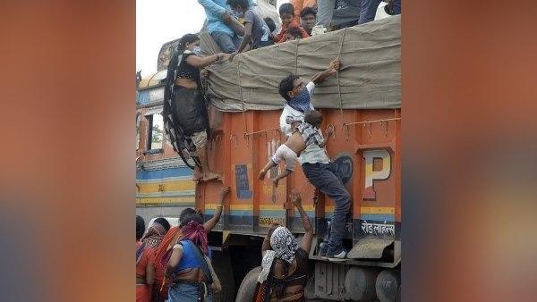 लॉकडाउन के चलते मजदूरों की दुर्दशा को बताती ये तस्वीरें आपको रुला देंगीं