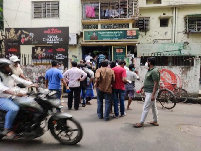 বাংলায় মদ কিনতে দোকানের সামনে লোকের হুড়োহুড়ি