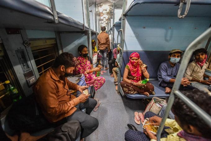 प्रवासी मजदूर और फंसे यात्री अपने घरों को लौटते हुए से उत्तर प्रदेश