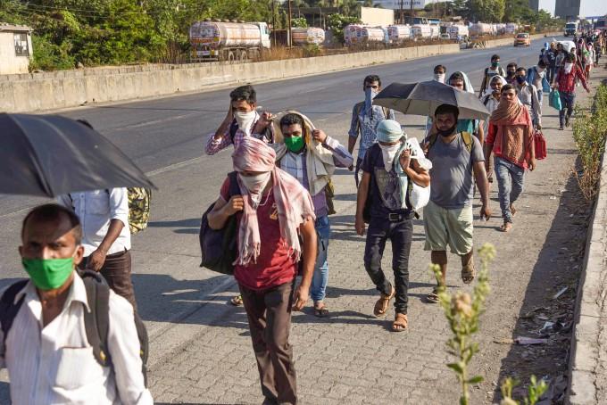 प्रवासी मजदूर और फंसे यात्री अपने घरों को लौटते हुए से महाराष्ट्र