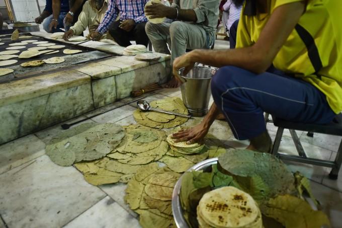 भूखे लोगों का इस तरह पेट भर रहा है गुरुद्वारा बंगला साहेब का लंगर