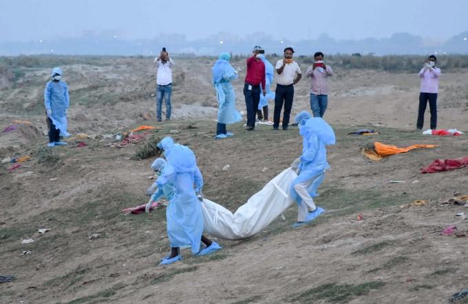 कोरोना का कहर: अपनों के अंतिम संस्कार की रुला देने वाली दर्दनाक तस्वीरें