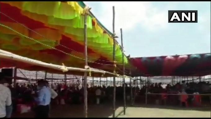 ಸ್ವಗ್ರಾಮಕ್ಕೆ ತೆರಳಲು ಸನ್ ಸಿಟಿ ಗ್ರೌಂಡ್ಸ್ ನಲ್ಲಿ ನೆರೆದ ಸಾವಿರಾರು ವಲಸೆ ಕಾರ್ಮಿಕರು