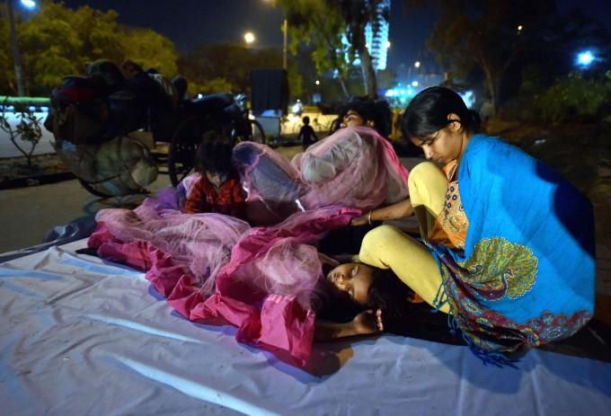 Delhi Lockdown : Heart Wrenching Migrant Photos