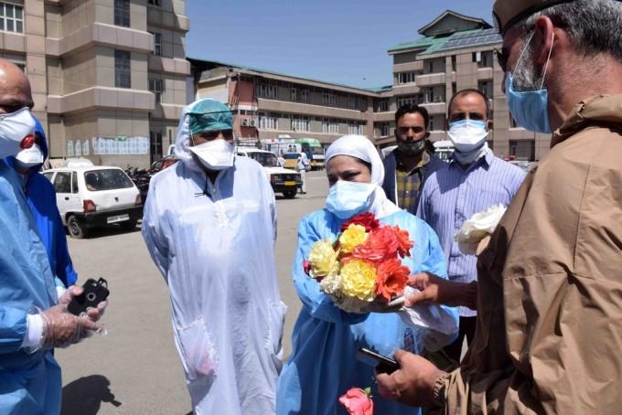 Jammu And Kashmir Police Gave Flowers To LD Hospital Doctors As A Tribute