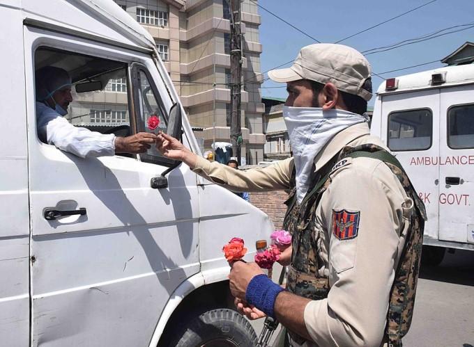 डॉक्टरों को जम्मू-कश्मीर पुलिस के जवानों ने गुलाब देकर बढ़ाया हौंसला