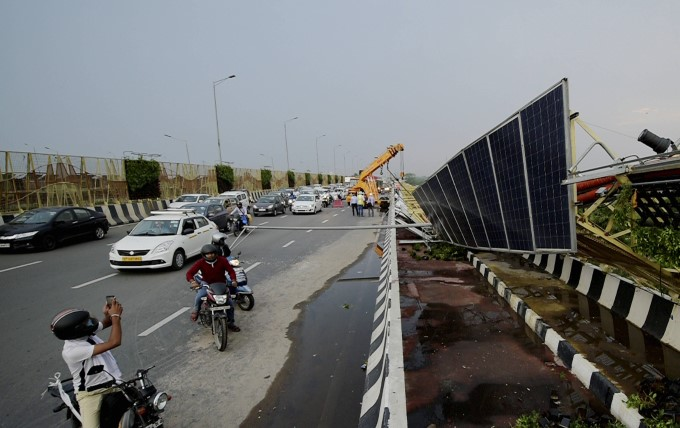 दिल्ली-एनसीआर में धूल का गुबार और कई जगह बारिश