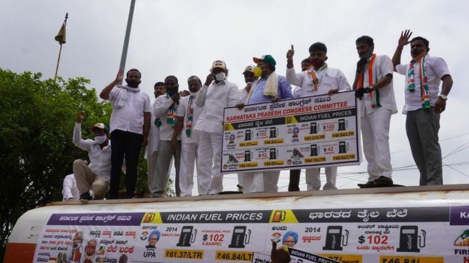ಕಾಂಗ್ರೆಸ್ ನಾಯಕ ಸಿದ್ದರಾಮಯ್ಯ ಮತ್ತು ಇತರ ನಾಯಕರು ಇಂಧನ ಏರಿಕೆ ವಿರುದ್ಧ ಪ್ರತಿಭಟನೆ ನಡೆಸಿದರು