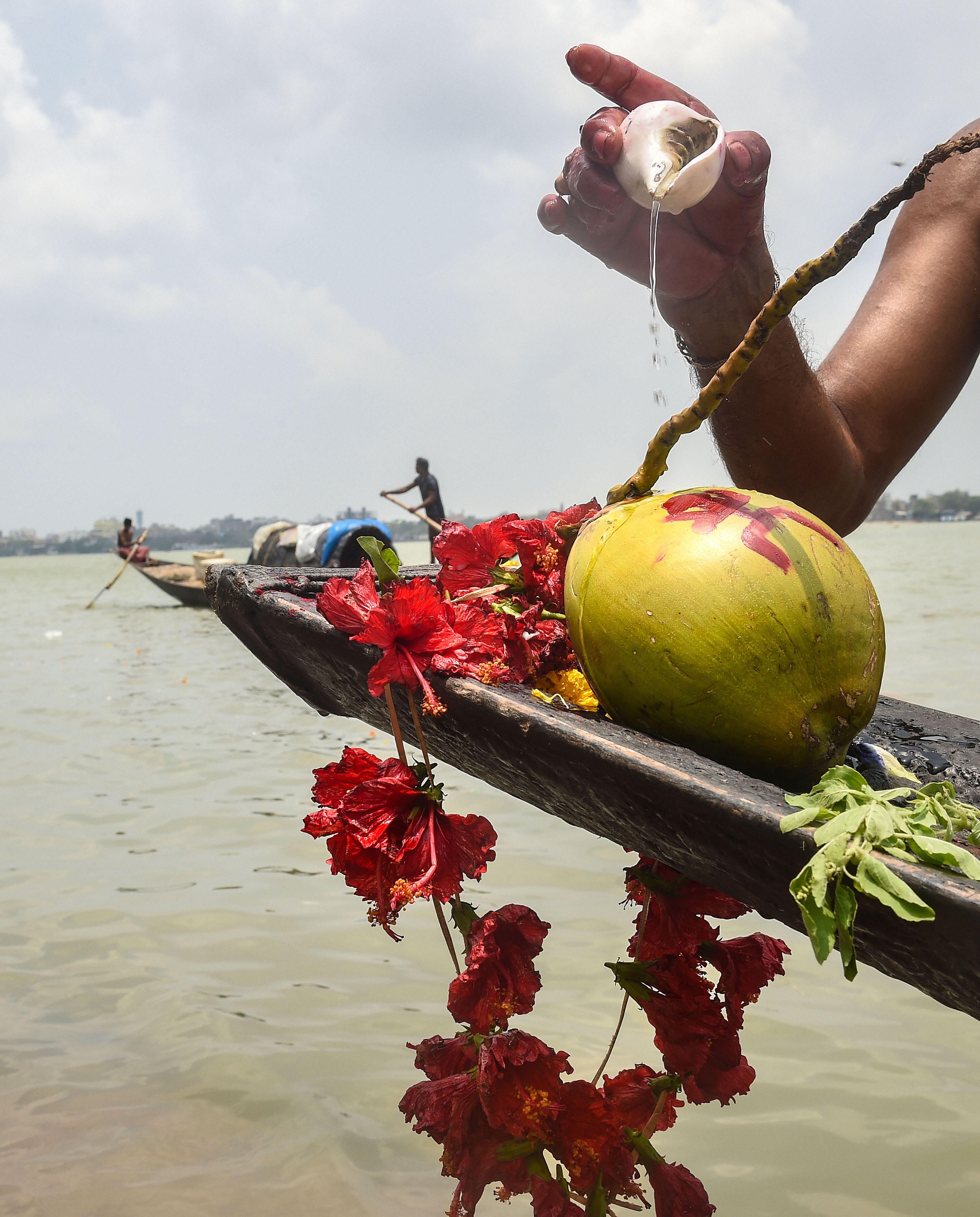 கொல்கத்தாவில் கங்கை தேவியை வழிபட்ட பக்தர்கள்