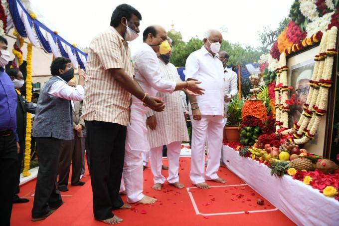 ಚಿತ್ರಗಳು:ಬಾಬು ಜಗಜೀವನ್ರಾಂ ಪ್ರತಿಮೆಗೆ ಯಡಿಯೂರಪ್ಪ ಮಾಲಾರ್ಪಣೆ