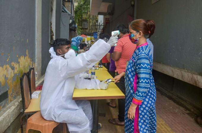 മുംബൈയിൽ വീടുകൾ തോറും തെർമൽ സ്കാനിംഗ്- ചിത്രങ്ങൾ
