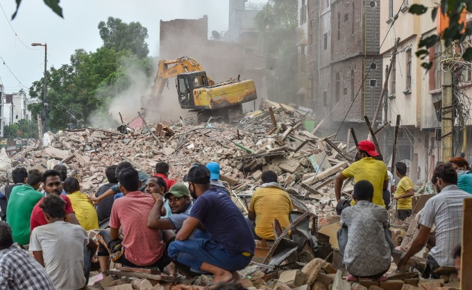 MCD Workers Demolished An Illegal Cluster At East Laxmi Market In Delhi