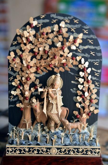 திருமழிசை பரணியின் கைவண்ணத்தில் சந்தன மரத்தில் உருவான அழகான சிற்பங்கள்