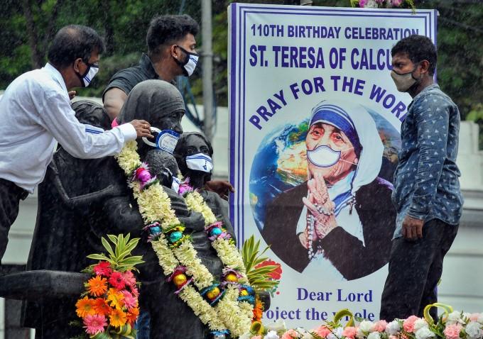 इस तरह मनाई गई मदर टेरेसा की 110वीं जयंती