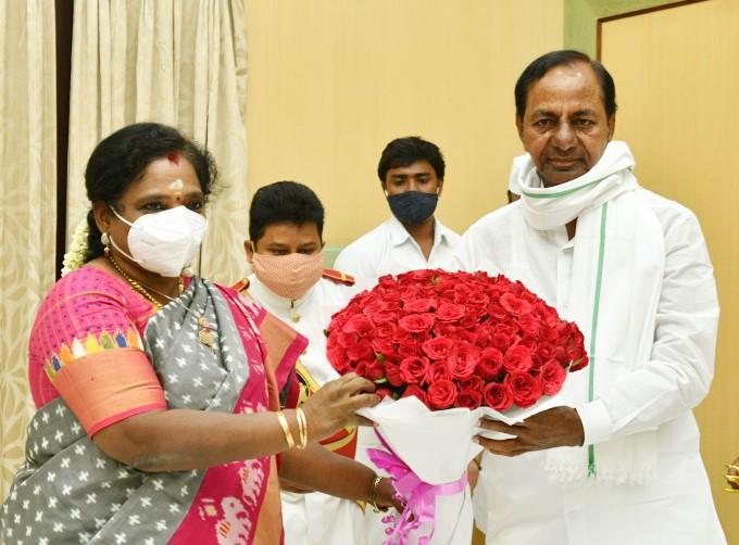 CM KCR Met Governor Of Telangana Dr. Tamilisai Soundararajan At Rajbhavan