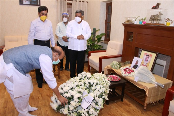 അന്തരിച്ച റെയിൽവേ സഹമന്ത്രി സുരേഷ് അംഗഡിക്ക് ആദരാജ്ഞലി അർപ്പിച്ച് നേതാക്കൾ