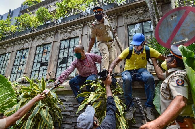 ബോളിവുഡ് നടി കങ്കണ റണോട്ടിന്റെ മുംബൈയിലെ ഓഫീസ് ഉദ്യോഗസ്ഥര് പൊളിച്ചുനീക്കുന്നു-  ചിത്രങ്ങള് കാണാം