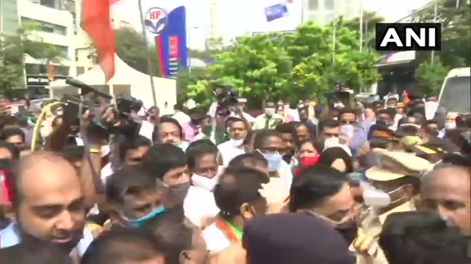 BJP Workers Protest Outside Siddhivinayak Temple Against The State Govt