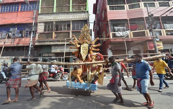 ದಸರಾ ಹಬ್ಬದ ಹೊಸ್ತಿಲಿನಲ್ಲಿ ದುರ್ಗಾ ಪೂಜೆ ತಯಾರಿಯ ಚಿತ್ರಗಳು