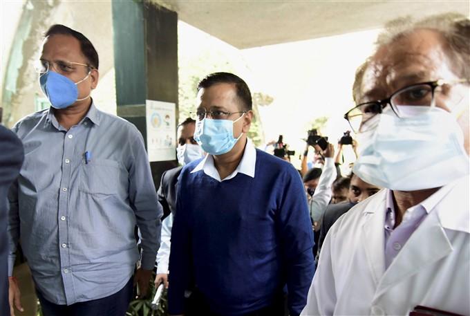 ಚಿತ್ರಗಳು: ಜಿಟಿಬಿ ಆಸ್ಪತ್ರೆಯಲ್ಲಿ ಕೋವಿಡ್ ರೋಗಿಗಳನ್ನು ಭೇಟಿ ಮಾಡಿದ ದೆಹಲಿ ಸಿಎಂ ಅರವಿಂದ್ ಕೇಜ್ರಿವಾಲ್