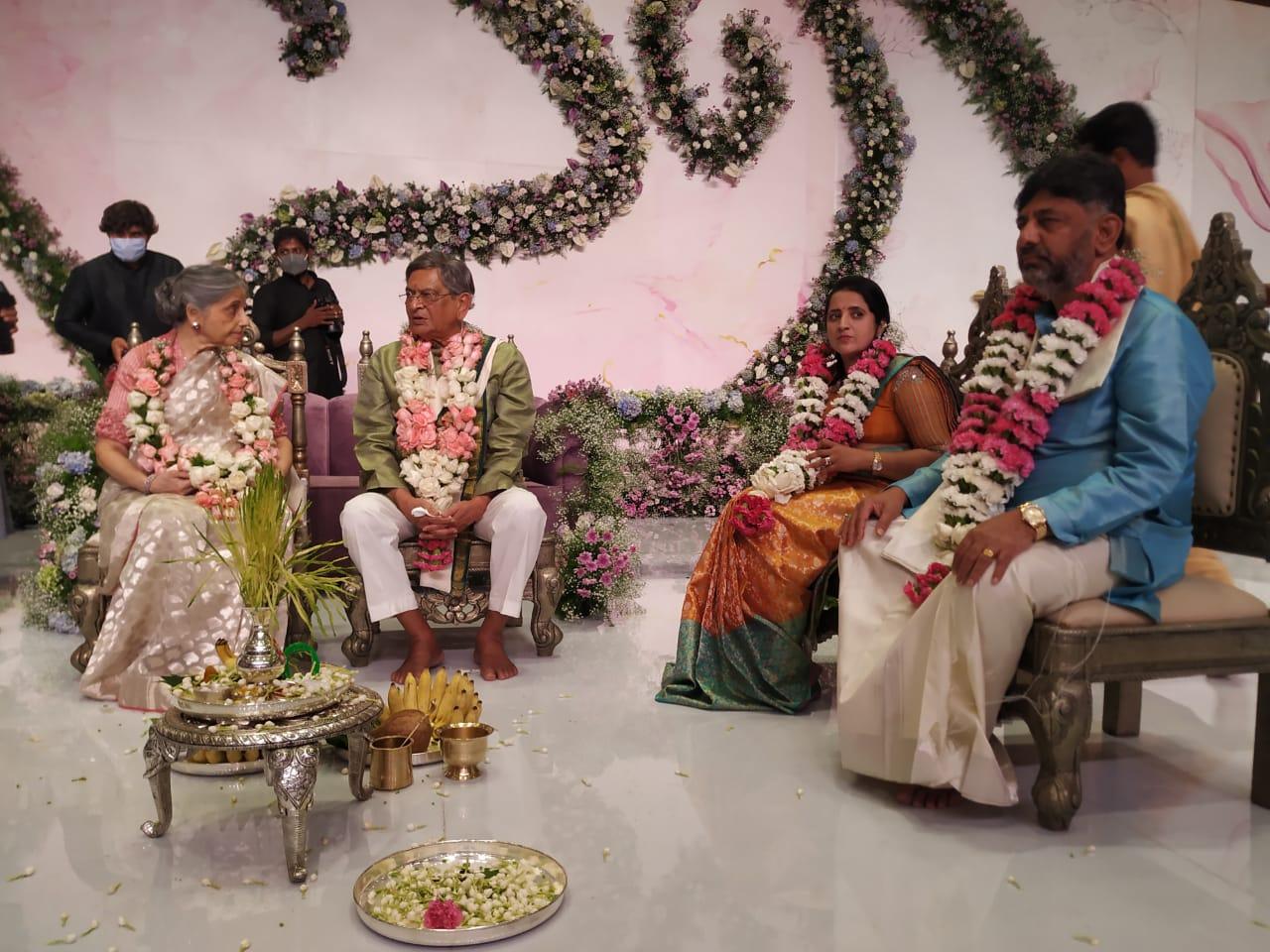 ಚಿತ್ರಗಳು: ಡಿ ಕೆ ಶಿವಕುಮಾರ್ ಪುತ್ರಿ ಐಶ್ವರ್ಯಾ-ಅಮರ್ತ್ಯ ಹೆಗ್ಡೆ ನಿಶ್ಚಿತಾರ್ಥ