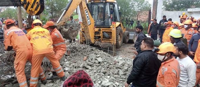 श्मशान घाट में भ्रष्टाचार की भेंट चढ़ीं 24 जानें, मुरादनगर में लोगों के ऊपर गिरी छत