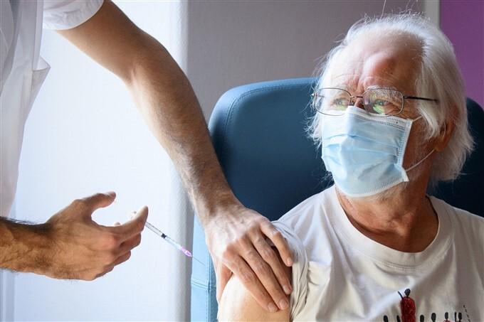 People Take Pfizer-BioNTech COVID-19 Vaccine Across The World,13/01/2021
