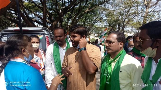 ఫోటోలు: కేంద్రం తీసుకొచ్చిన వ్యవసాయ చట్టాలకు వ్యతిరేకంగా కర్నాటకలో కాంగ్రెస్ నిరసనలు