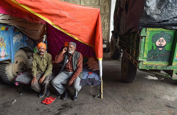 ಚಿತ್ರಗಳು : ಕೇಂದ್ರ ಸರ್ಕಾರದ ಕೃಷಿ ಮಸೂದೆ ವಿರುದ್ಧ ಮುಂದುವರೆದ ರೈತರ ಪ್ರತಿಭಟನೆ