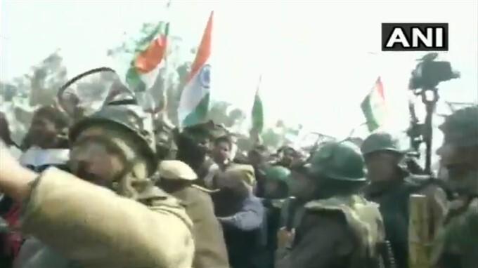 ఫోటోలు: సింఘు సరిహద్దు వద్ద స్థానికుల ఆందోళనలు
