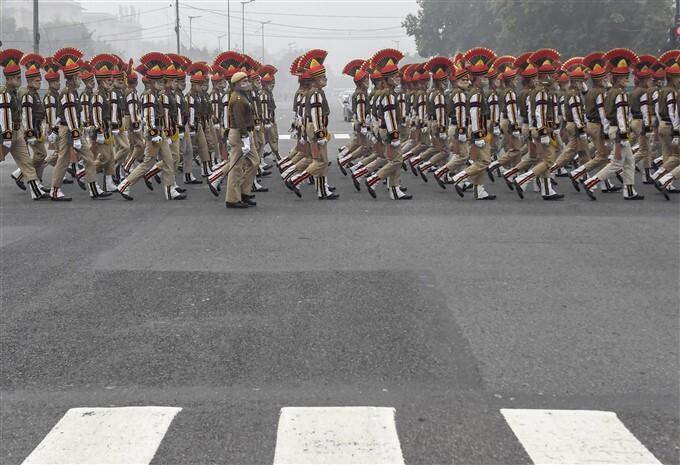 புகைப்படங்கள்: டெல்லியில் மெய்சிலிர்க்க வைக்கும் வகையில் நடந்து வரும் குடியரசு தின ஒத்திகை