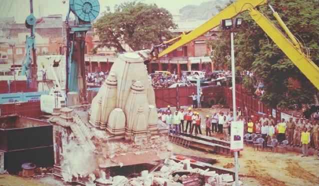 ఫోటోలు: వందేళ్ల నాటి హనుమ ఆలయం కూల్చివేయడంతో నిరసనలకు దిగిన వీహెచ్పీ