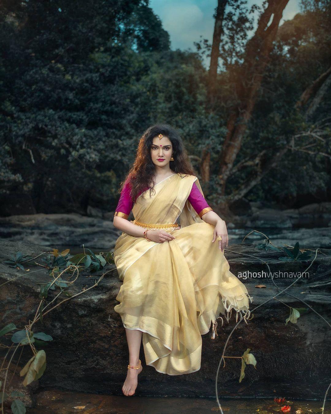 என்ன அழகு...எத்தனை அழகு...போதை ஏற்றும் ஹனி ரோஸ் போட்டோஸ்