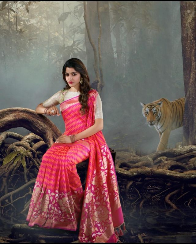 பாவாடை சட்டையில் நடிகை சாய் தன்ஷிகா