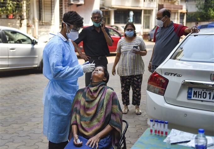 മുംബൈയില് കൊവിഡ് പരിശോധന നടത്തുന്ന ആരോഗ്യപ്രവര്ത്തകര്