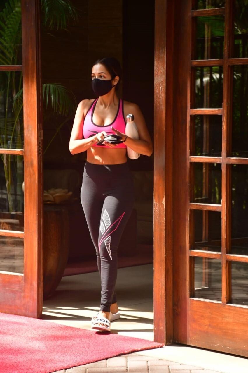 सड़क पर अपने कपड़ों को संभालते हुए दौड़ी मलाइका अरोड़ा, खूबसूरत Pics