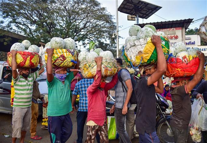 ಬೆಂಗಳೂರಿನಲ್ಲಿ ಪ್ರೇಮಿಗಳ ದಿನಕ್ಕಾಗಿ ಹೂವಿನ ಖರೀದಿ ಬಲುಜೋರು