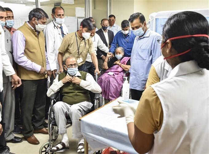 ഡല്ഹി മുഖ്യമന്ത്രി അരവിന്ദ് കെജ്രിവാള് മാതാപിതാക്കള്ക്കൊപ്പം കോവിഡ് വാക്സിന് സ്വീകരിക്കുന്നു