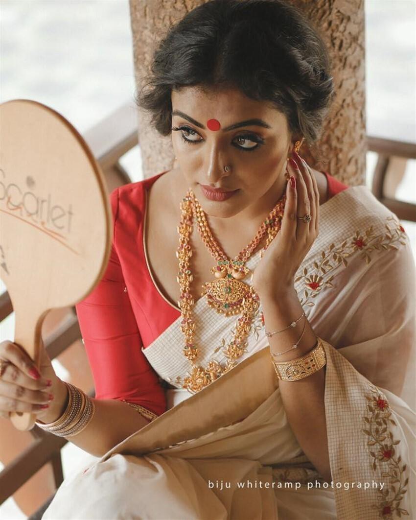 'വിമാനം'സിനിമയിലെ ആ നാടൻ പെൺകൊടി തന്നെ ആണോ ഇത്... ദുർഗ്ഗയുടെ ഹോട്ട് ചിത്രങ്ങൾ